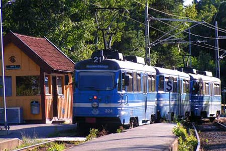 A Lidingö train leaves the passing track at Högberga station to enter the single track section to Kottla and Skärsätra. The station building is the original.