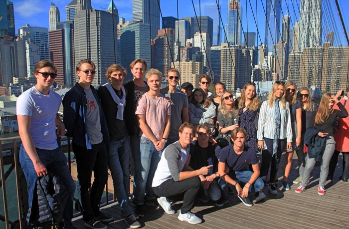Hela gruppen på Brooklyn Bridge. Foto: EK 15 B