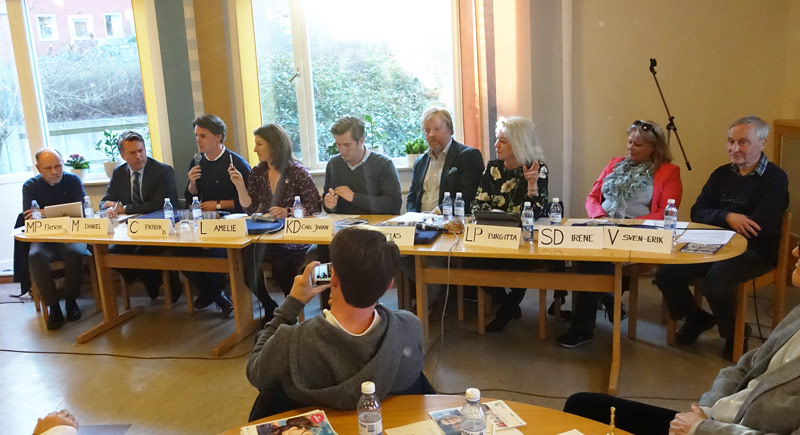 Politikerna vid det extra långa bordet. Fr.v. Patrik Sandström, MP, Daniel Källenfors, M, Patrik Buddgård, C, Amelie Tarschys Ingre, L, Carl-Johan Schiller, KD, Niclas Svensson, S, Birgitta Sköld, LP, Iréne Borgenvik, SD och Sven Erik Wånell, V.